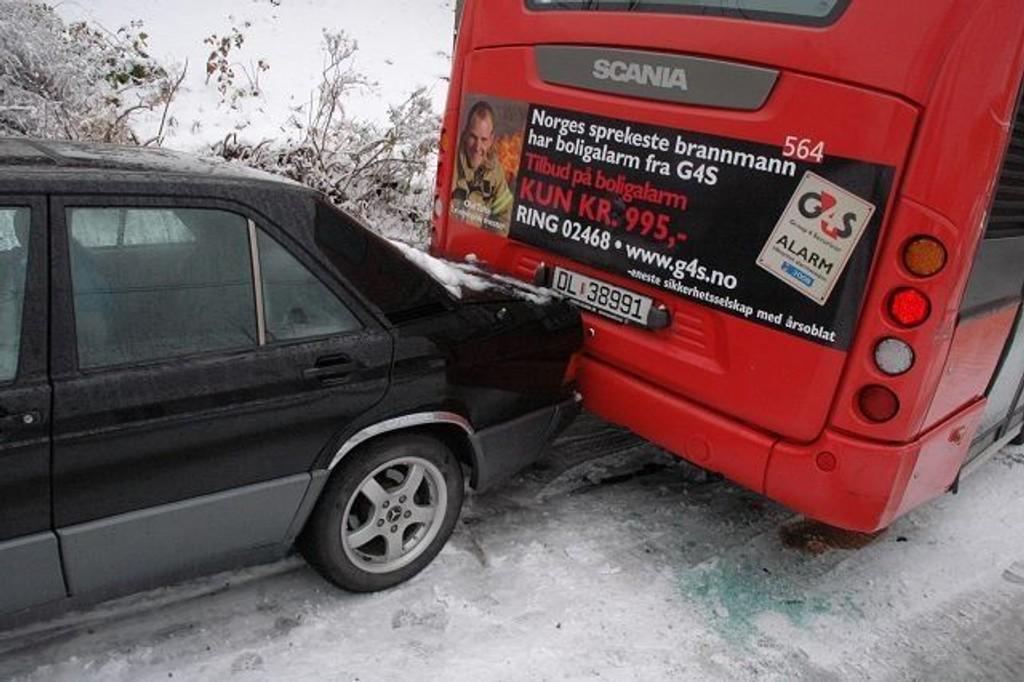 Denne Mercedesen av eldre modell med sommerdekk skled inn i bussen og forårsaket trafikkaos. Foto: Vidar Bakken