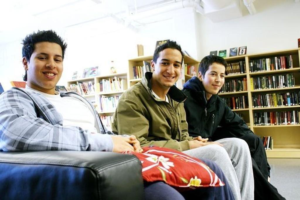 Mohamed Habbachi (f.v), Yasir Choukri og Morad Jarodi vil gjerne at biblioteket skal utvide åpningstidene og holde åpent om sommeren. Alle tre tar jevnlig turen innom Romsås bibliotek.