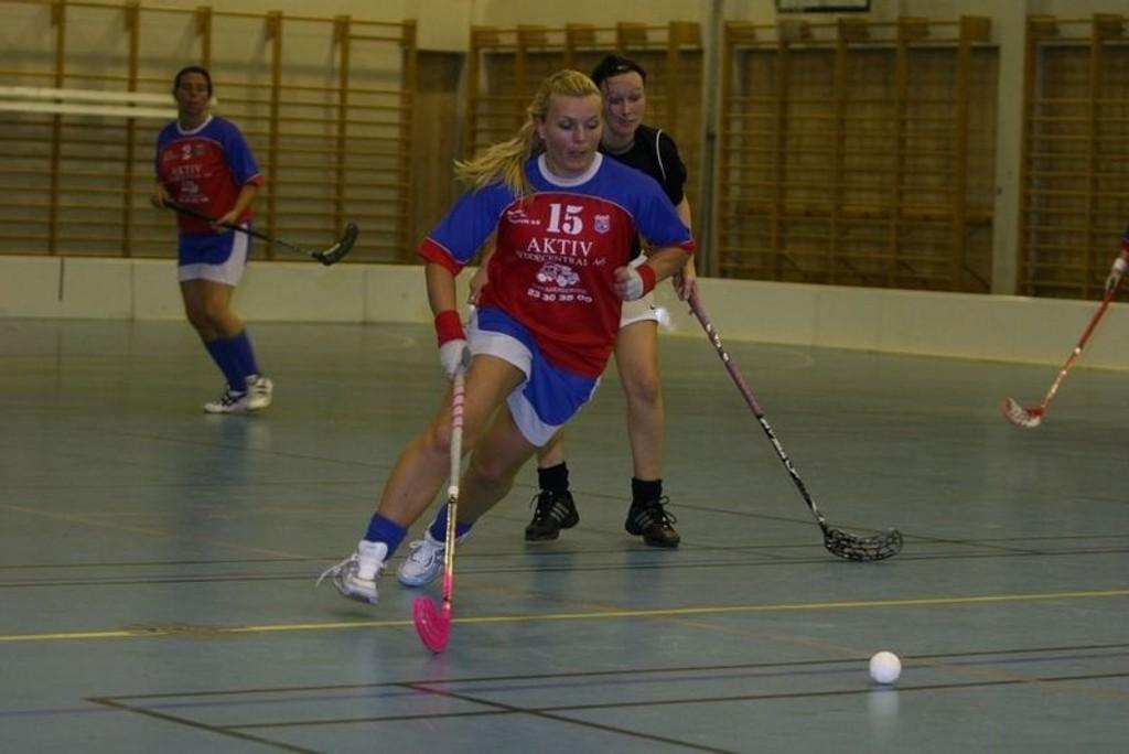 HIF skal løpe fra motstanderne i årets serie, og det gjorde de til gangs i cupkampen mot Lindøya i kveld. Her er Lise Natvik på full fart framover.