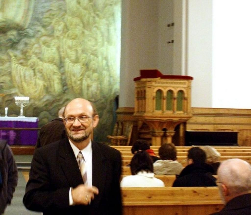 Organist Terje Winge tar en tur rundt i kirken før konserten med Bachs kjente og mer ukjente verker.