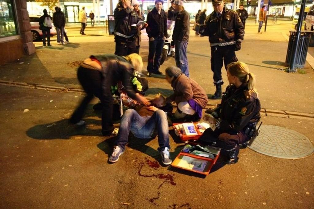 En mann ligger blødende igjen i gaten etter at knivdesperadoen hadde stukket han.