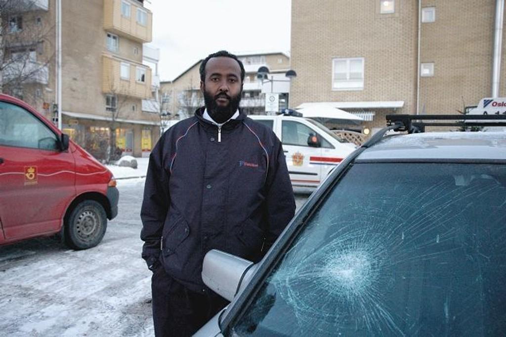 27-åringen som knust frontruta på en taxi på Bjørndal i januar i år er dømt til fengsel i fem måneder. Her er taxisjåfør Jama Abdullahi like etter hendelsen på Bjørndal den 3. januar i år.
