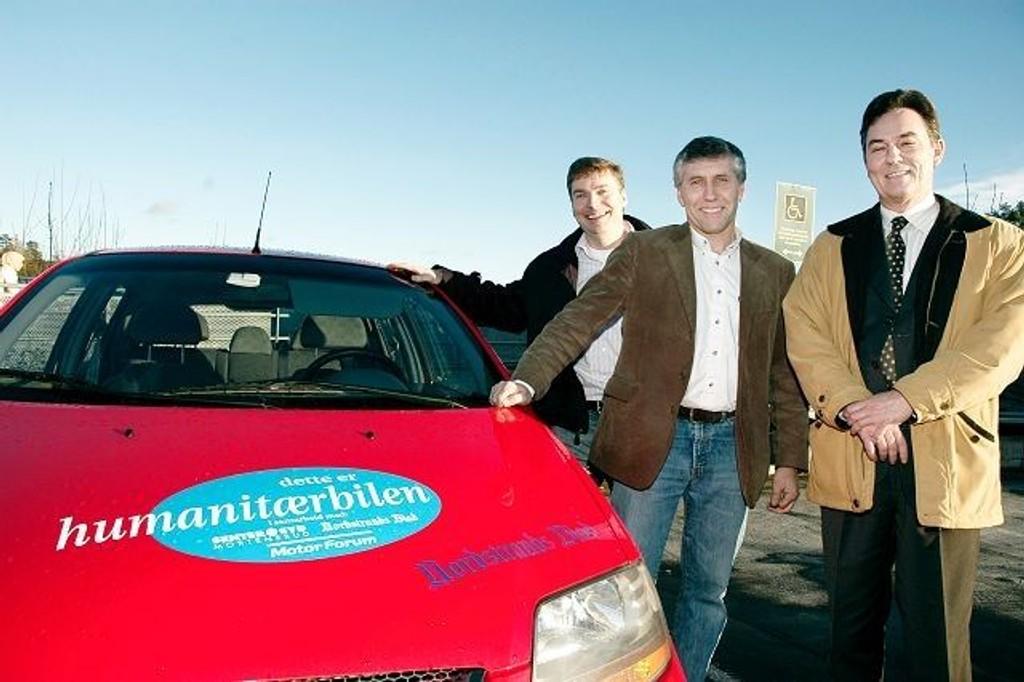 Richard Elphinstone (t.h.) og Senter Syd er nominert til Den Gyldne Ide for prosjektet med humanitær- bilen. Her sammen med samarbeidspartnerne Tom Nilsen i Motorforum og Tore Bollingmo i Nordstrands Blad. ARKIVFOTO
