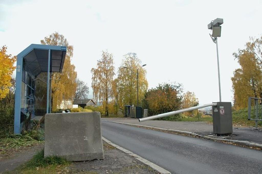 Bommen mellom Frennings vei og Årrundveien ble satt opp i en tid da trafikksituasjonen i området var en helt annen, skriver Per Trygve Berg. Foto: Karl Andreas Kjelstrup