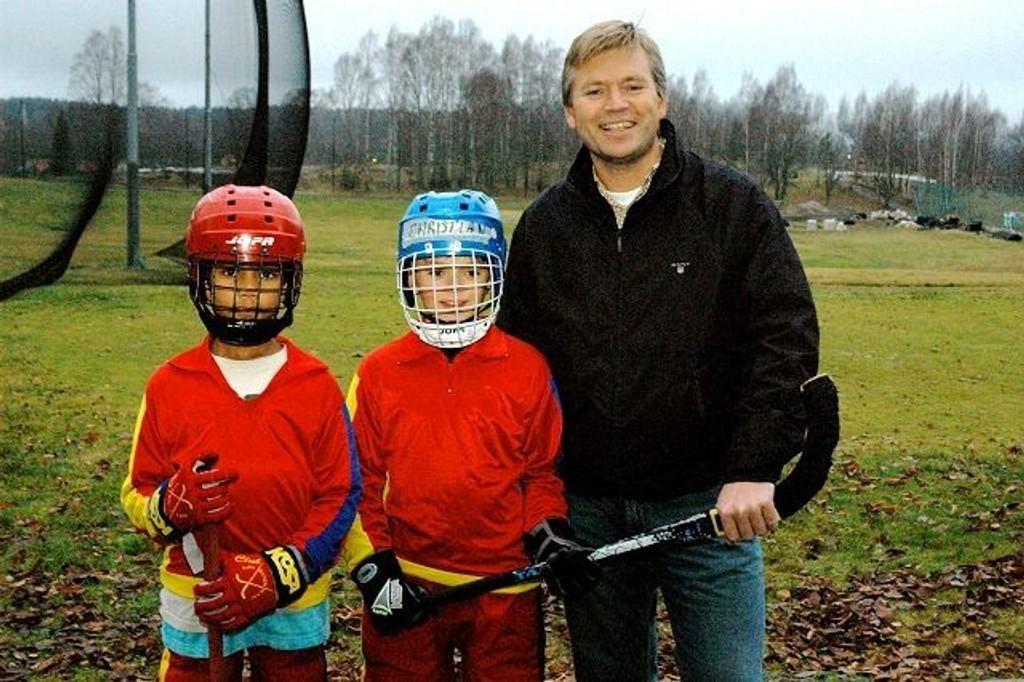 Knut Abrahamsen sammen med to av bandygutta fra 97-laget, Sebastian og Christian, gleder seg over den formidable støtten til kunstisbane. Foto: Vidar Bakken