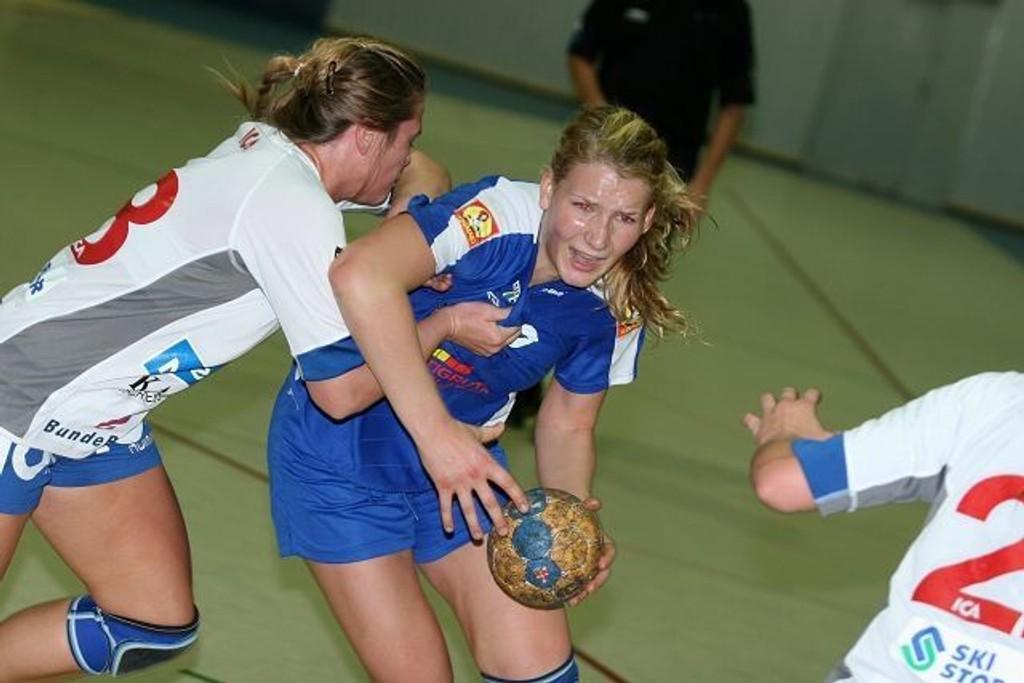 Njårds Oda Brødholt ga alt i kvartfinalen. Her i duell med Nordstrands Ingrid Loftheim.