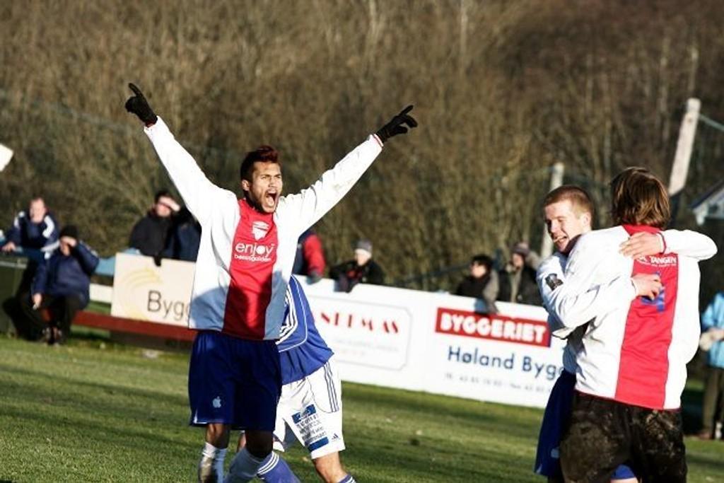 Cato Valøy (venstre) ordnet straffesparket som Erik Jonvik (høyre) satte i mål til 3-1 for KFUM/Oslo. Da er det lov til å bli glad.