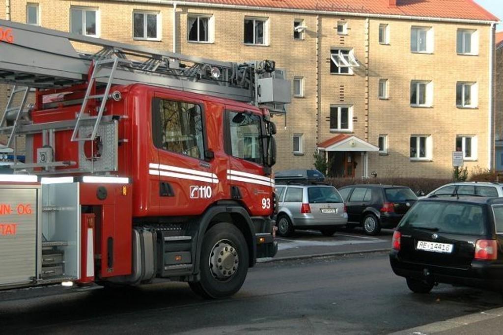 En eldre dame fikk brannskader da det begynte å brenne i leiligheten hennes i 3. etasje i Enoks vei på Simensbråten mandag morgen.