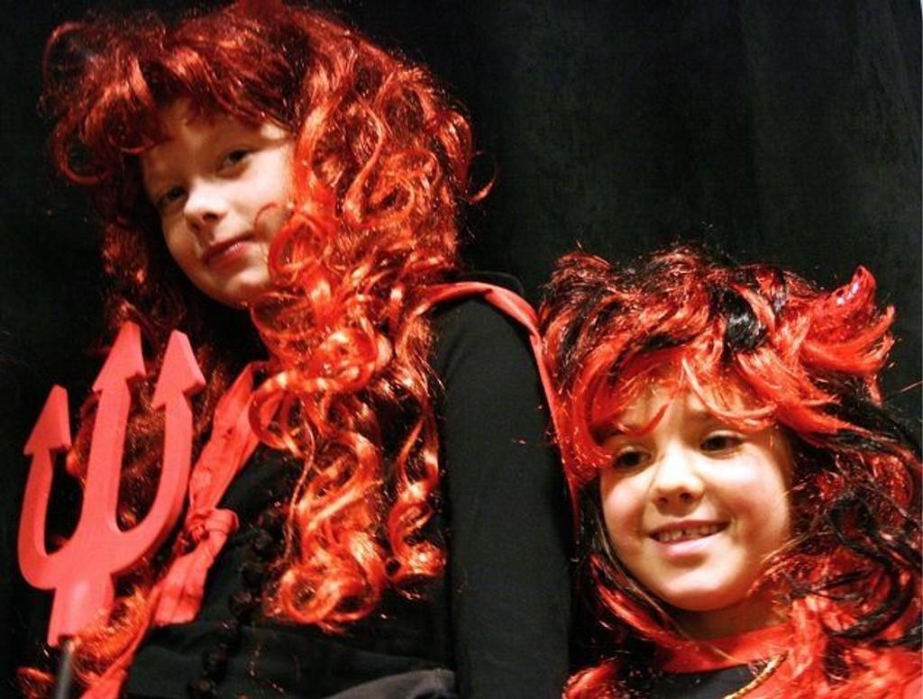 Wilde og Tiril gjennomført stilige og fargerike på Bølerklubbens Halloween-party.