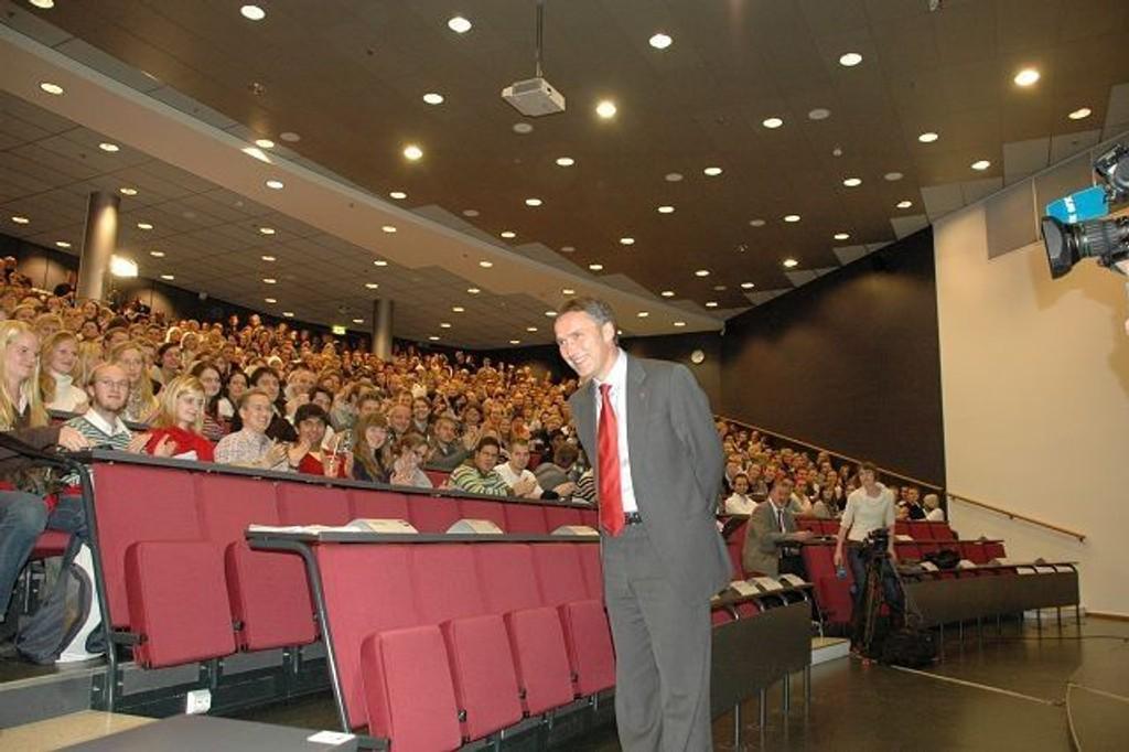 Mottakelsen samfunnsøkonom og statsminister Jens Stoltenberg fikk av om lag 500 blivende bedriftsøkonomer, kan gjøre enhver BI-foreleser grønne av misunnelse. Foto: Anders Jørstad