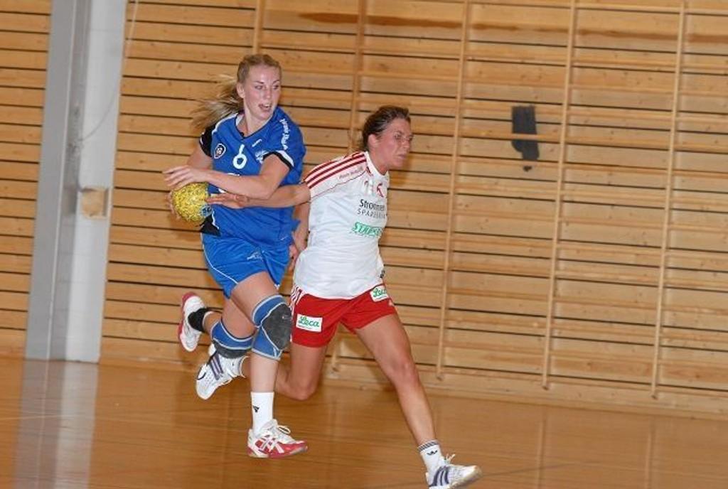 Kathe Bergstrøm (t.v.) og Oppsal kjempet lenge jevnt mot Rælingen, men måtte reise hjem uten poeng.