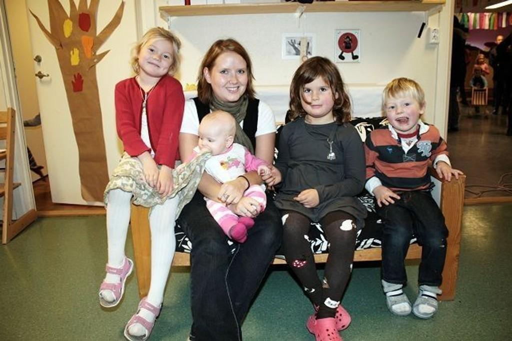 Anette (5 1/2 år), Karina i permisjon med baby Mariell på fanget, Neah Pernille (5 1/2 år) og Kristian (3 1/2 år) tar seg en liten hvil.
