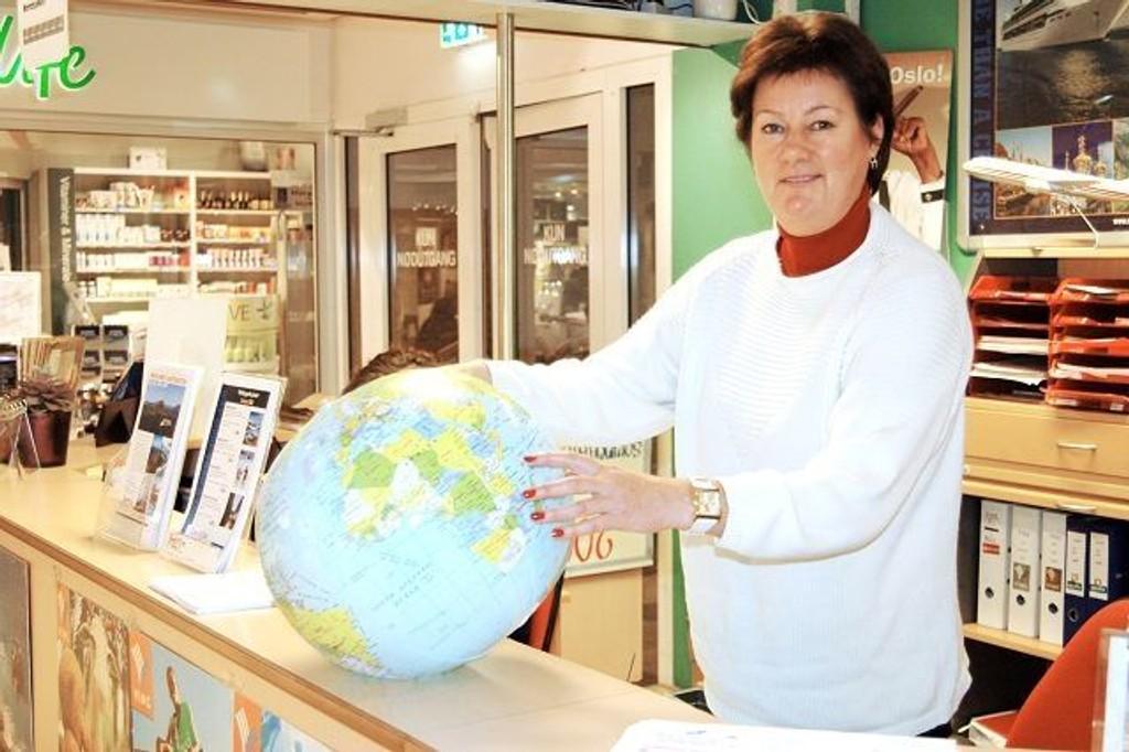 Vi fortsetter å bruke penger på ferie. Marina Jarnes i Feriebutikken på Bryn har hele globusen å foreslå fra.