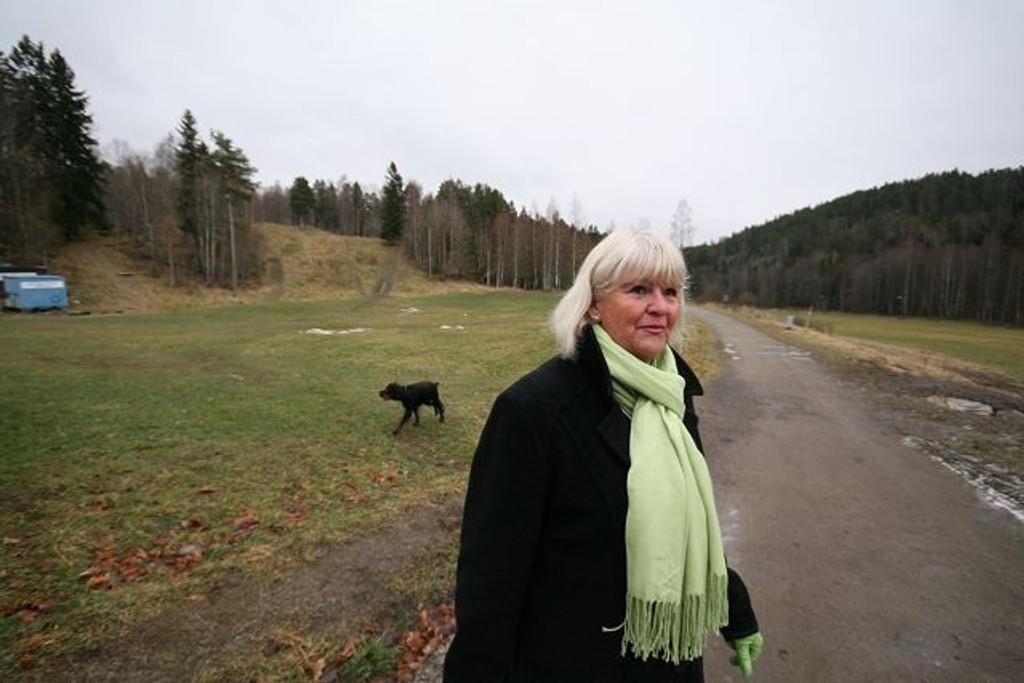 Unni Løkkeberg fra Ulsrud er ivrig turgåer og ønsker helårs båndtvang for hunder, også i Oslomarka. Mens hun blir intervjuet av Nordstrands Blad kommer en hund løpende, men eierne noen hundre meter bak.