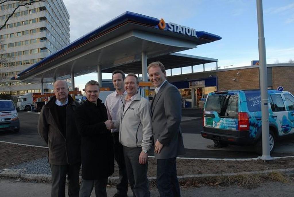 Arne Kåss, administrerende direktør Dag Roger Rinde i Statoil Norge AS, daglig leder på stasjonen Hans Olafsen, franchisetaker Aksel Conradi og Sigurd Sandvold (Foto: Privat).