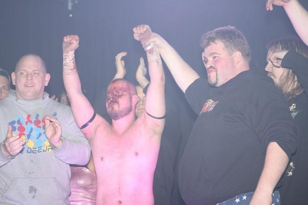 Jon «Big John» Veivåg hylles etter «Last Man Standing»-kampen,som endte karrieren hans. Alt var så å si lov i denne kampen, noe som medførte kutt i panna og et blodig ansikt for tveitawrestleren, som understreker at det ikke er normen i vanlige wrestlingsshow.