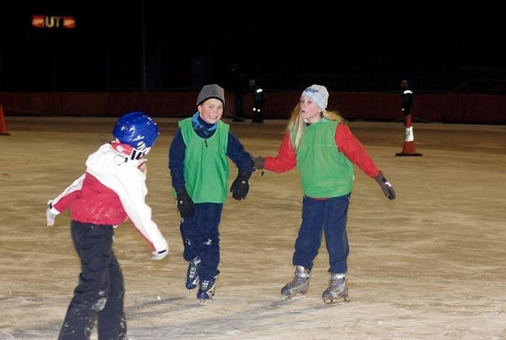 Stian og Ida Marie Sørland fra Brenna koser seg med skøyter under beina.