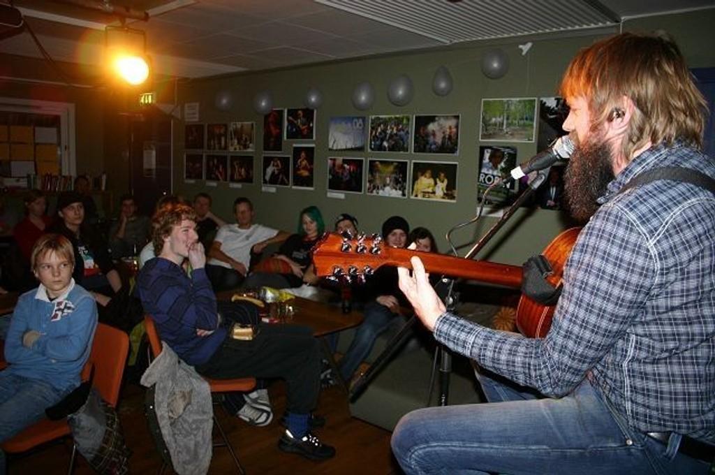Bare Egil Band sitt eneste medlem nettopp Egil underholder tilskuerne på Trikkehallen på siste kveld med jubileumsfeiring. Foto: Tarjei Kidd Olsen