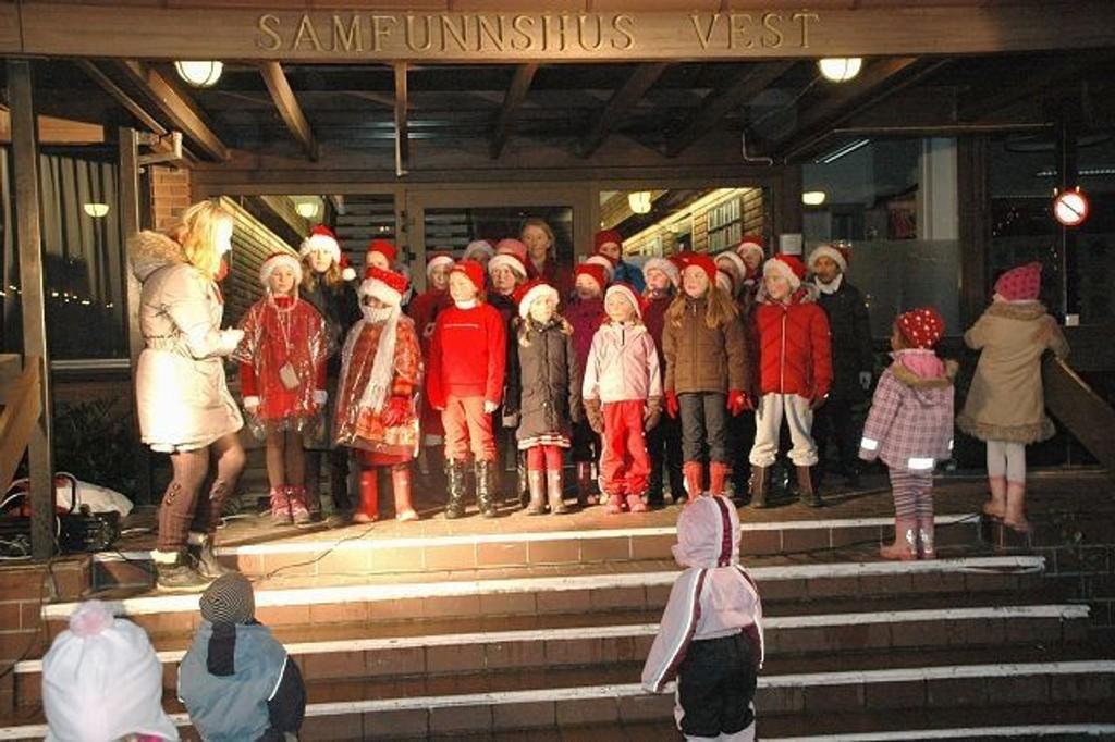 Huseby barnekor gledet mange på Røa torg.