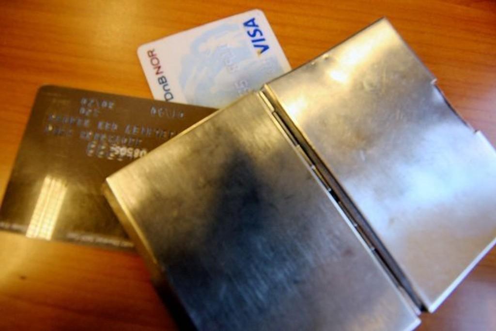 En mann ble lørdag frastjålet nesten 60.000 kroner etter at tyver fikk tak i bankkortet hans. Nå advarer politi mot uforsiktig kortbruk. ILLUSTRASJONSFOTO
