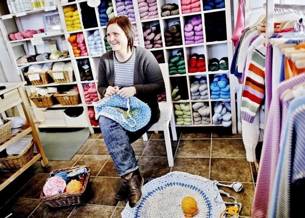 RIMELIG RASKT: Det tar bare et par kvelder å hekle seg en gratis gulvmatte, sier Kathrine Gregersen