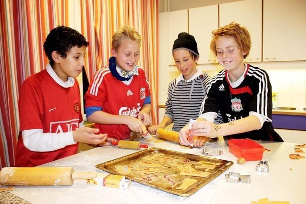 Youssef Ofkir, Marcus Stræte, Jørgen Hamren og Knut Broxmoen brukte siste «Åpen skole» til å bake hauger med pepperkaker.