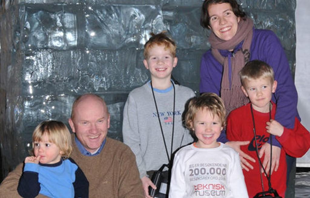 August Brynsrud (snart fire) vil komme ofte tilbake til museet sammen med familien sin. Fra venstre: Emrik (2 år), Espen, Baste (7,5 år), August (3,5 år), Silje og Aslak (6 år). Storesøster Benedicte var ikke med da bildet ble tatt. Foto: Finn Larsen, Teknisk Museum