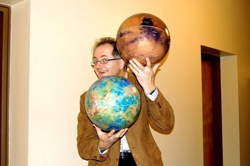 Astronom Knut Jørgen Røed Ødegaard med Mars og Venus, som garantert ikke hadde noe med Betlehemsstjernen å gjøre. Eller? Foto: Grace Brynn