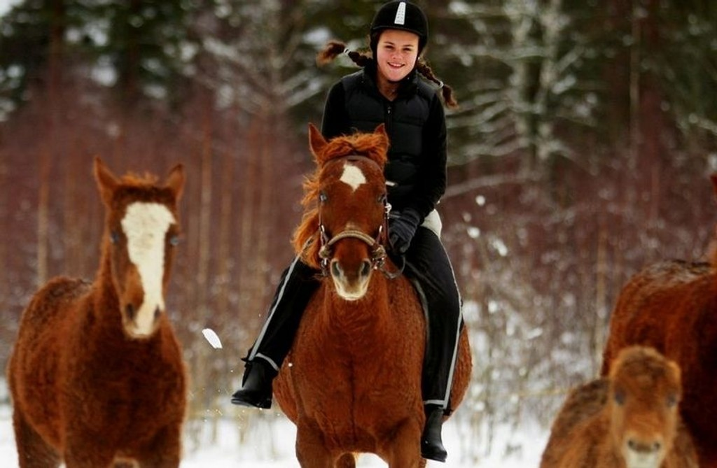Herlig at det finnes allergivennlige hester, synes Ingvild Staveland (14), som har fått oppfylt drømmen om å ri på tross av sterk hesteallergi.