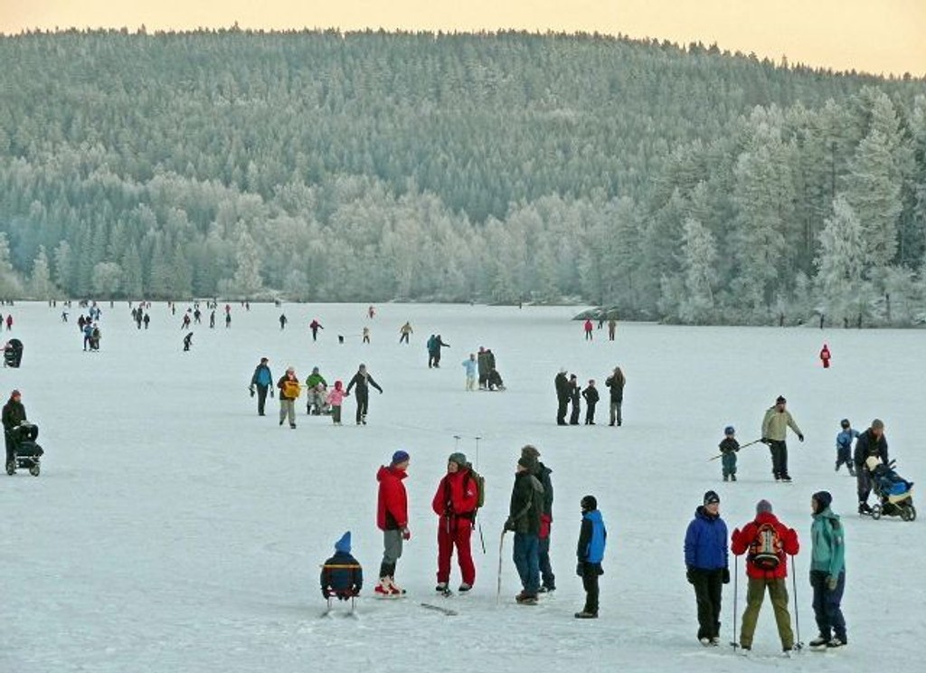 Det var mange som benyttet årets første dag til å gå på skøyter i Marka. Foto: Knut Sørby