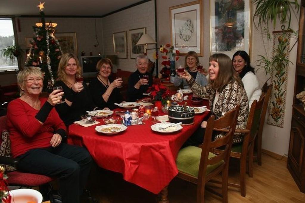 Solveig Gjesteby, Cecilie Hamm, Helén Løvåsen, Ellen Solskjær, Carita Rossevik, Nazia Rashid og Gunhild Jacobsen koser seg med grøt og saft