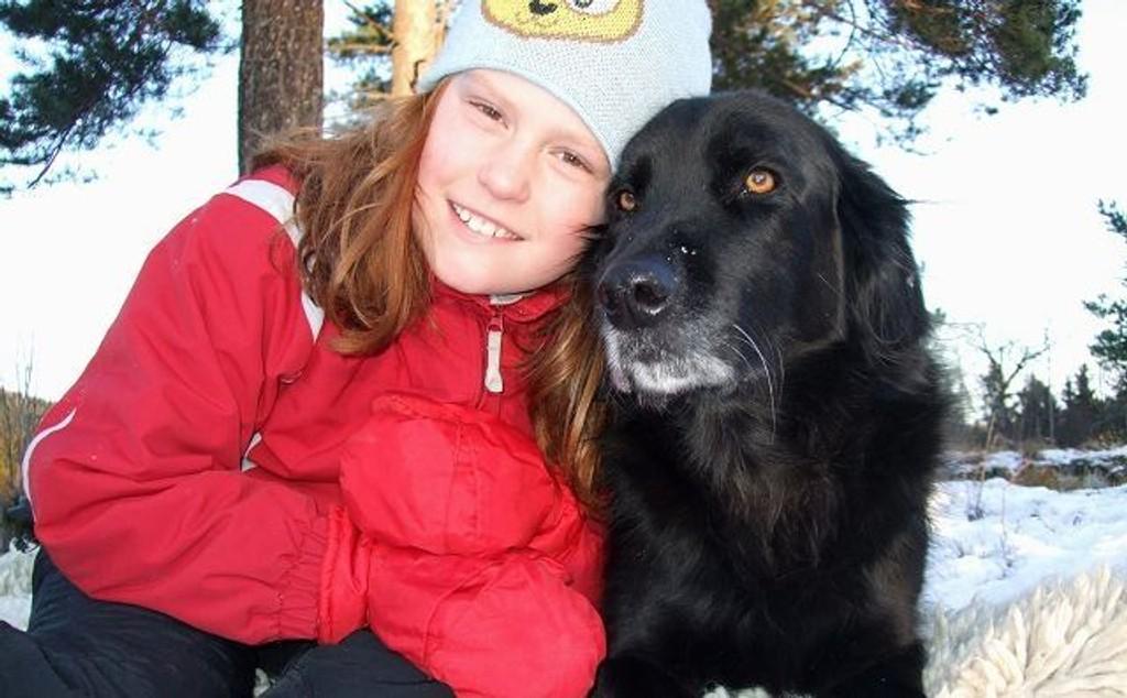 Goliat (8) fra Sørbråten har vært gjennom en svært tøff jul, etter at han kom over 2-300 gram med mørk sjokolade. Her sammen med datteren i huset, Ella Johanne Devold (9). Foto: Privat