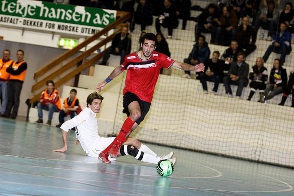 Mounir El Masrouri er en viktig brikke for Holmlia Futsal. Mot Solør satte han inn det viktige 2-0 målet. Her har El Masrouri lurt Solørs Marius Fulgerø ned på gulvet.
