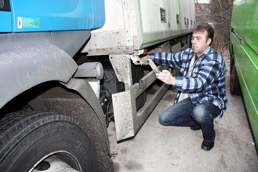 Jan Gunnar Johannessen synes det er ille at lastebilen hans ikke lenger skal få stå i fred for tyver i Ravnåsveien. Her viser han hvor batteriene ble fjernet fra natt til første juledag.