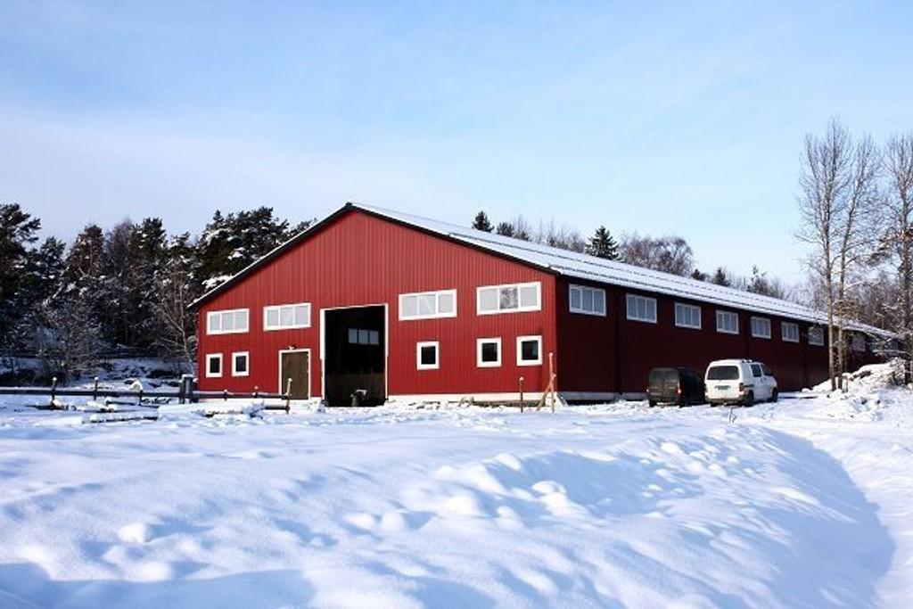 På slutten av fjoråret kom endelig ridehuset på plass på Søndre Aas gård. Foto: Aina Moberg
