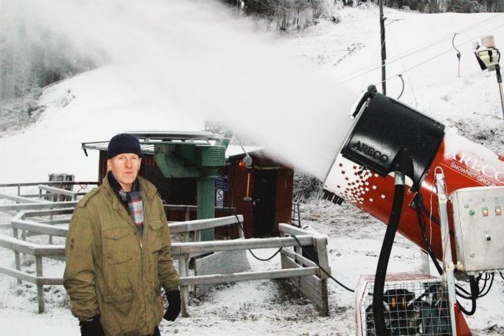 To snøkanoner går for fullt i Lerskallen, og Ottar Vogt gleder seg til å kunne åpne bakken til helgen.