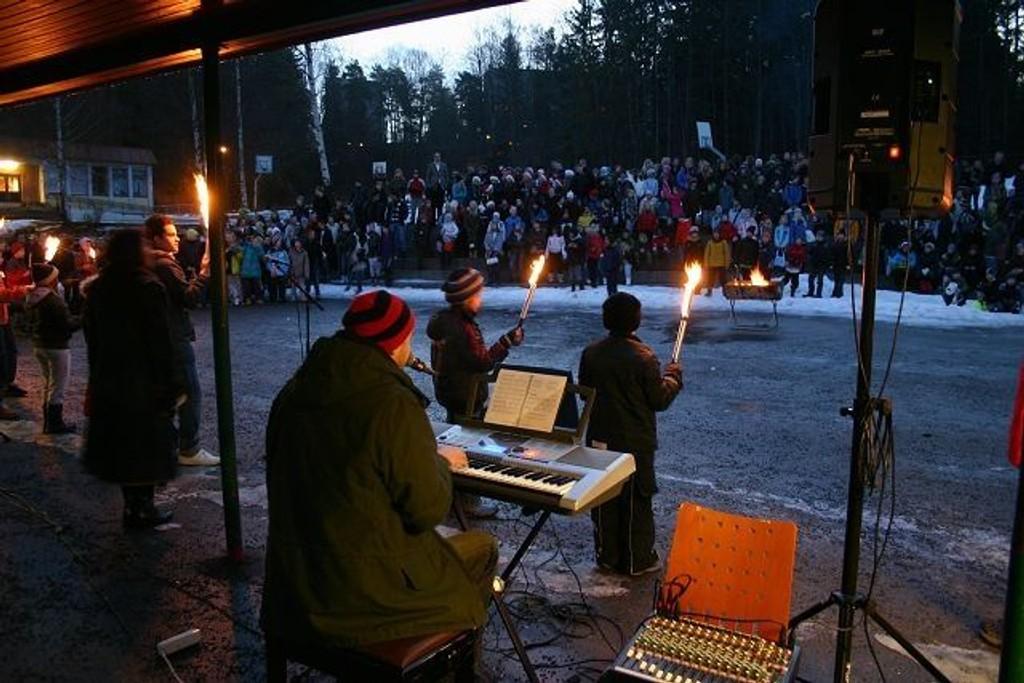 Det var stemningsfullt med fakler og julens toner i skolegården på Bøler skole siste skoledag før jul. Foto: Privat