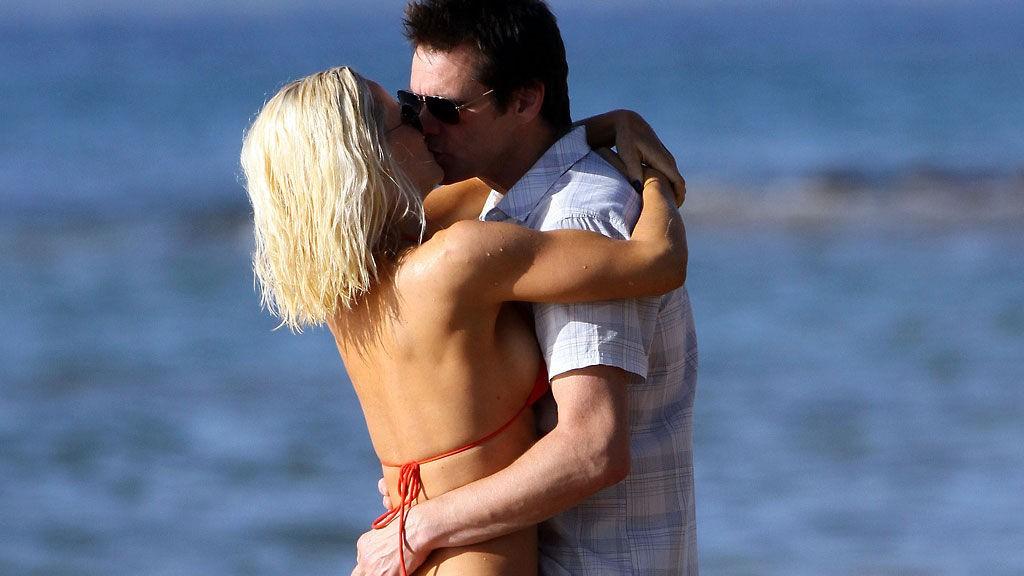KLINTE TIL: Jim Carrey koste seg med Jennty McCarthy på stranda.