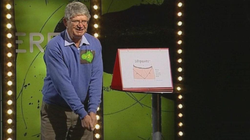 Oppfinner Bjørn Edwardsen demonstrerer hvordan ballene noen ganger kan komme i veien for golfinga.