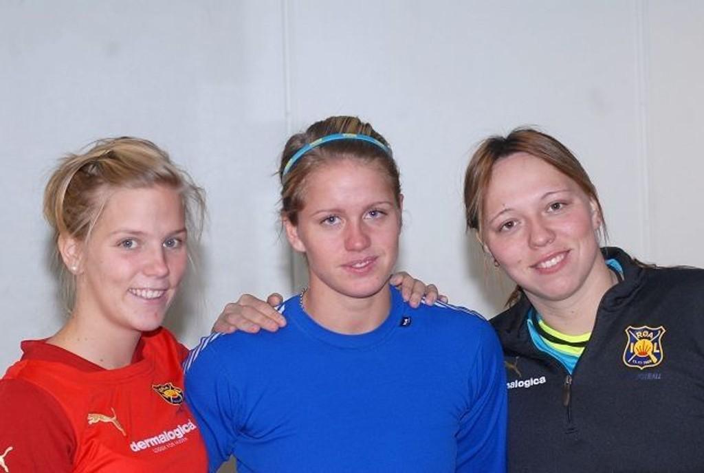 Gunhild Herregården (t.v.) og Caroline Knutsen gleder seg over Røas siste forsterkning, Elise Thorsnes.