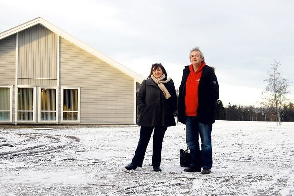 Inger Aguilar og daglig leder Ove Bevolden gleder seg til den tomme plassen utenfor Klubbhuset til Holmlia Sportsklubb vil bli en lokal møteplass med platting og ny benk.