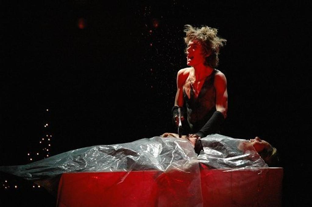 Gale Garrk (karl Tjensvoll) skjærer i vei, mens offeret skriker og blodet spruter i taket. Foto: Eddie Ingebrigtsen