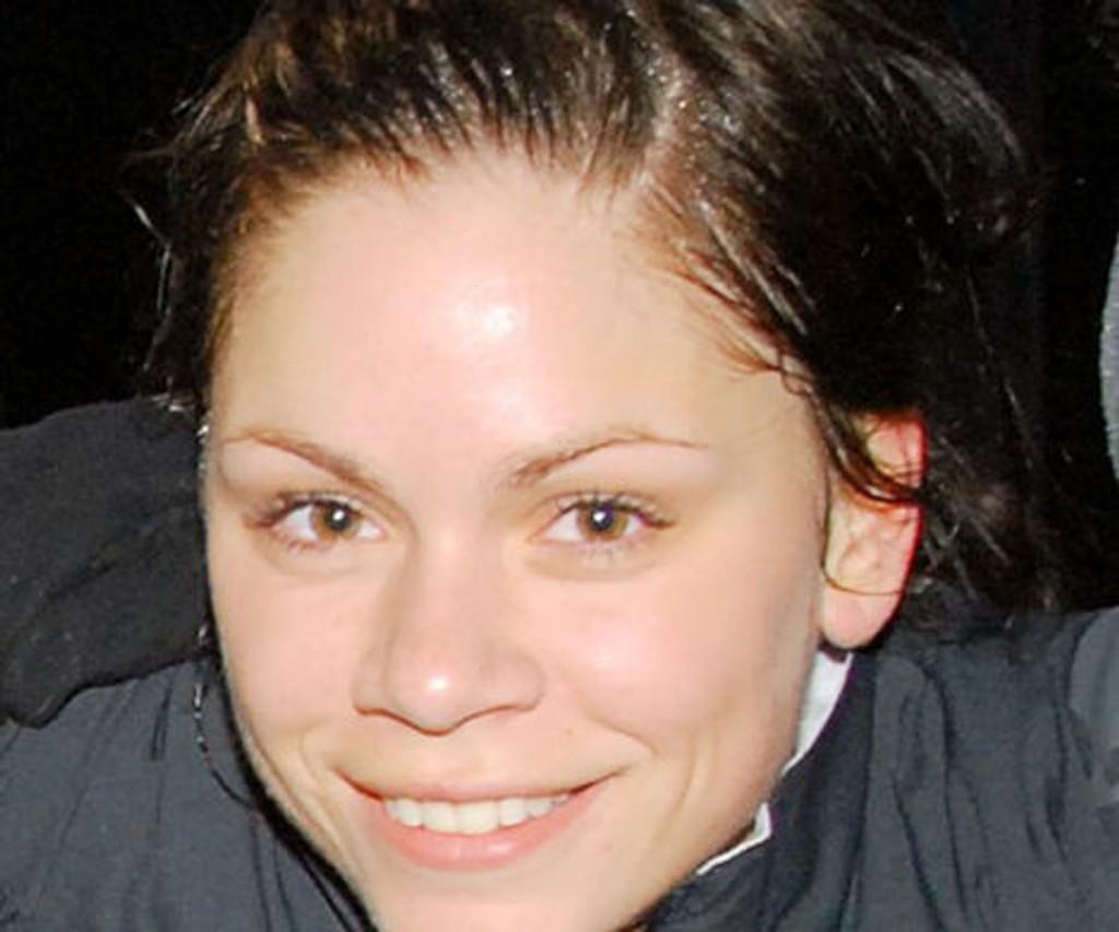 Røa-spiller Lise Meistad gir seg med fotballen.