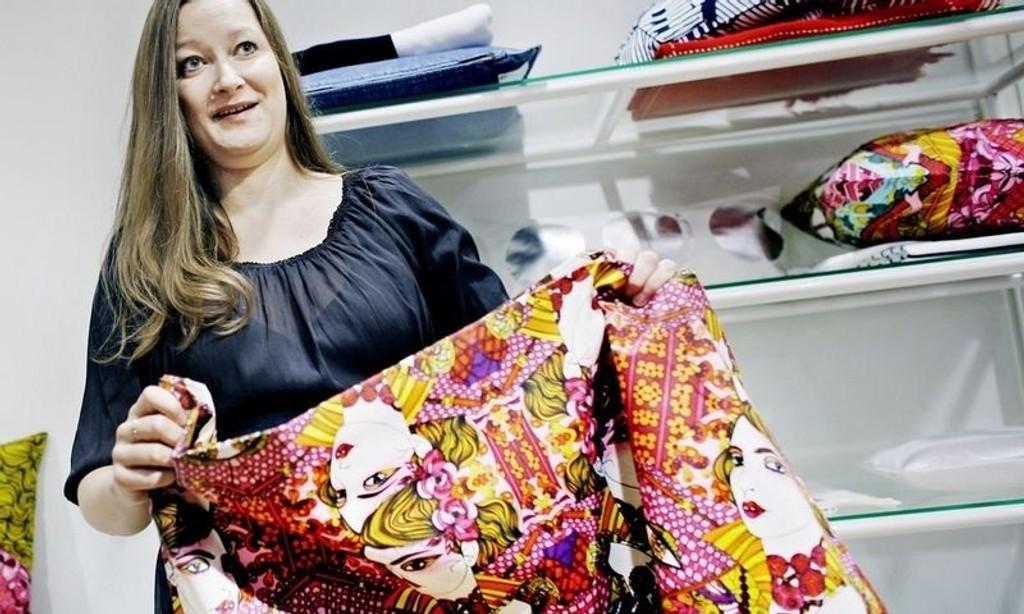 DESIGN: H&M har blant annet hentet inn den kjente svenske illustratøren Liselotte Watkins til sin nysatsning på hjemmetekstiler. Pressekontakt i H&M, Ottilia Kaufmann, viser frem et eksempel på hennes design: Et fargerikt piknikpledd.