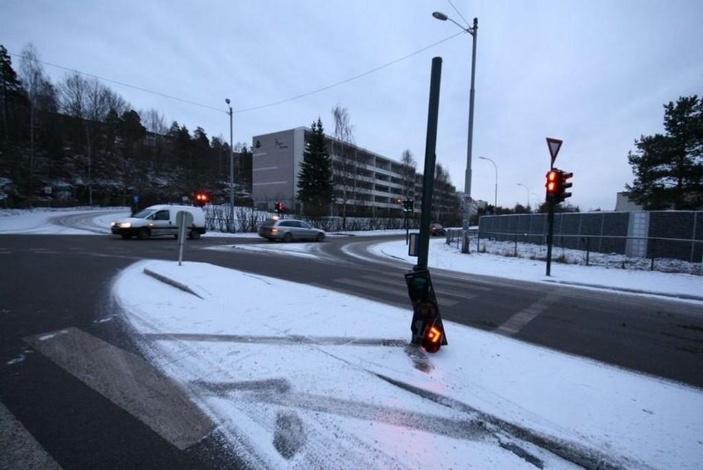 Lysarmaturet hang etter ledningen etter at en bil må ha kollidert i trafikklyset i morgentimene.