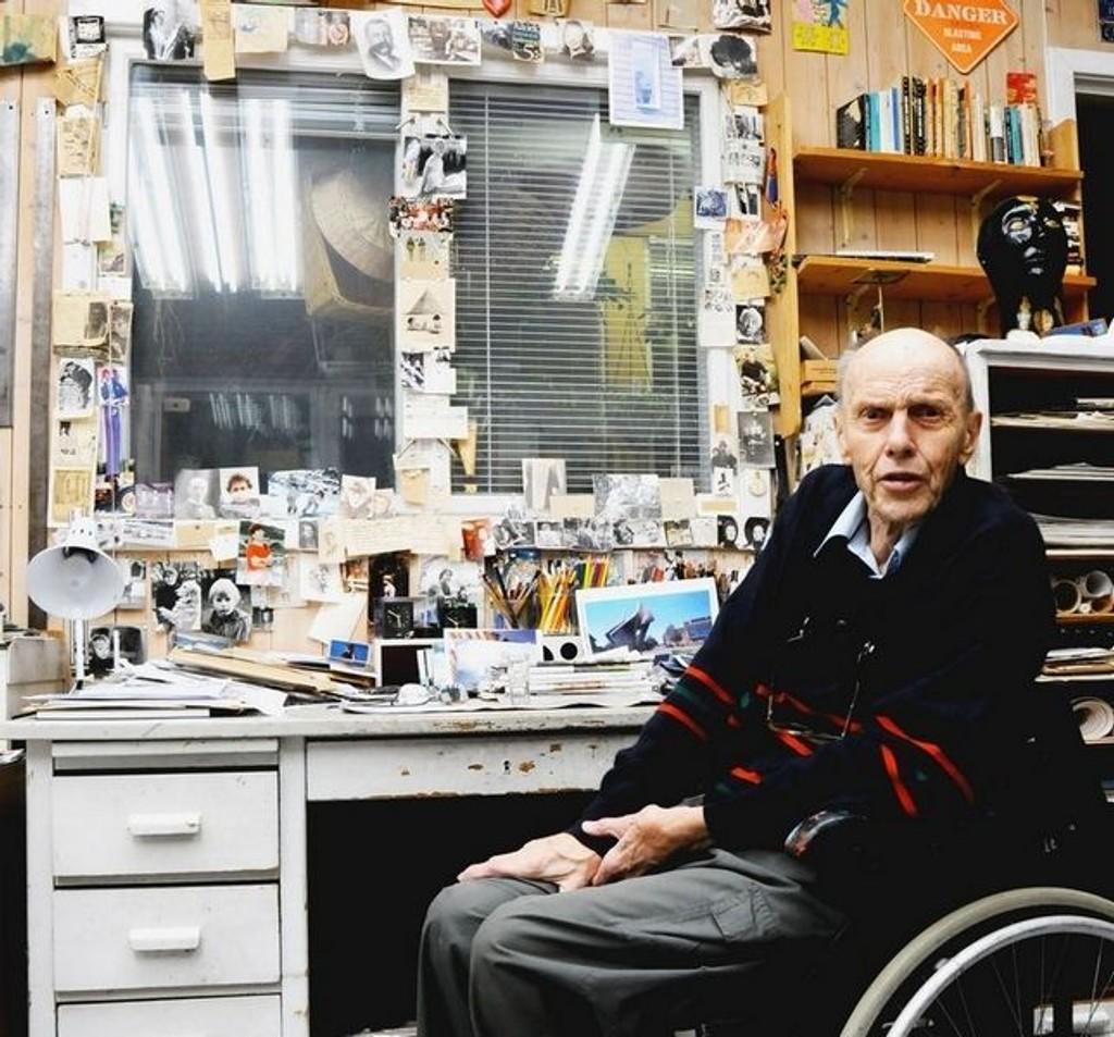 Ved skrivebordet har Nesjar samlet bilder av folk som betyr og har betydd mye for ham gjennom et langt liv.