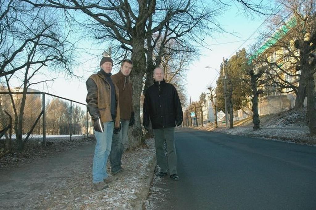 FAU-leder Erik Skei (i midten), sammen med Ola Borander (t.v.) og Christian Ødegaard, som begge er FAU-representanter i arbeidsgruppen for «nye» Grefsen skole. Skolehagen og idrettsplassen til venstre, skolen til høyre. I midten går Kapellveien. Foto: Karl Andreas Kjelstrup