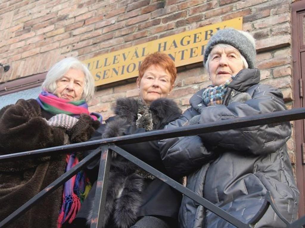 Vi blir utrolig skuffet hvis ikke også seniorene blir prioritert på Berg Gård, sier Nina Valle (f.v.). Inger Wesenberg og Ellen Rydningen.