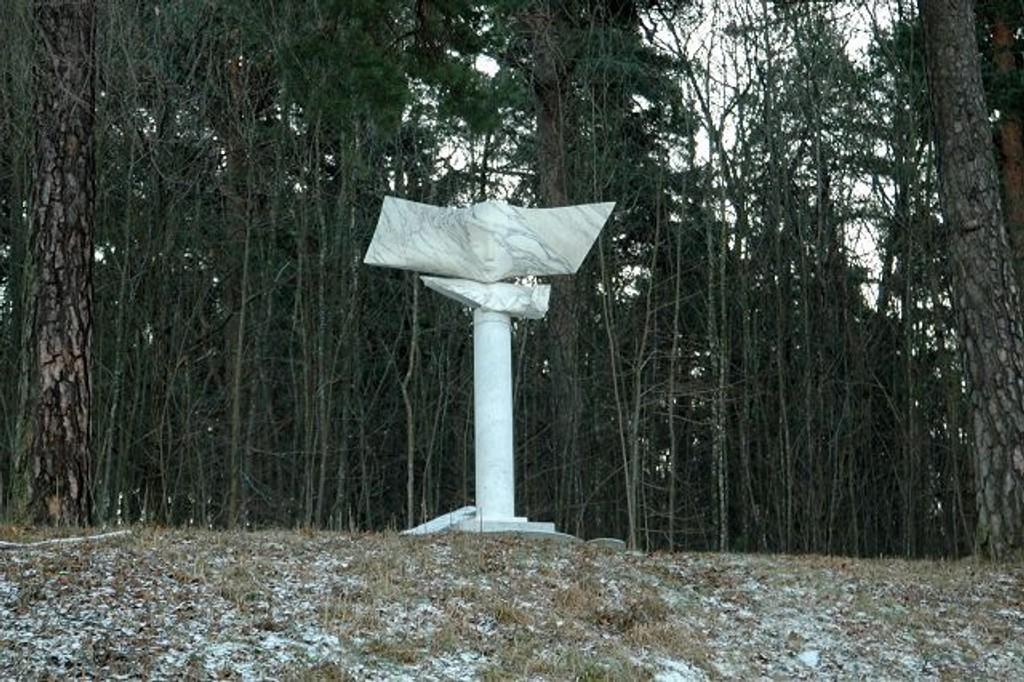 """Ringnes planlegger å plassere over 100 statuer i parken. Her er """"Drømmersken"""" av Knut Steen."""