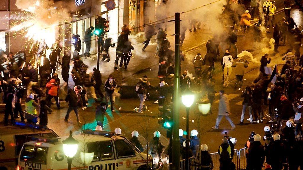KAOS: Slik så det ut da Oslo-politiet møtte mannsterkt frem for å holde motdemonstranter unna under en støttedemonstrasjon for Israel utenfor Stortinget torsdag 8.januar.